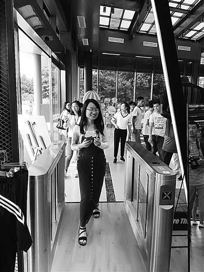 南京首家无人超市:买东西全靠刷脸 看一眼自动